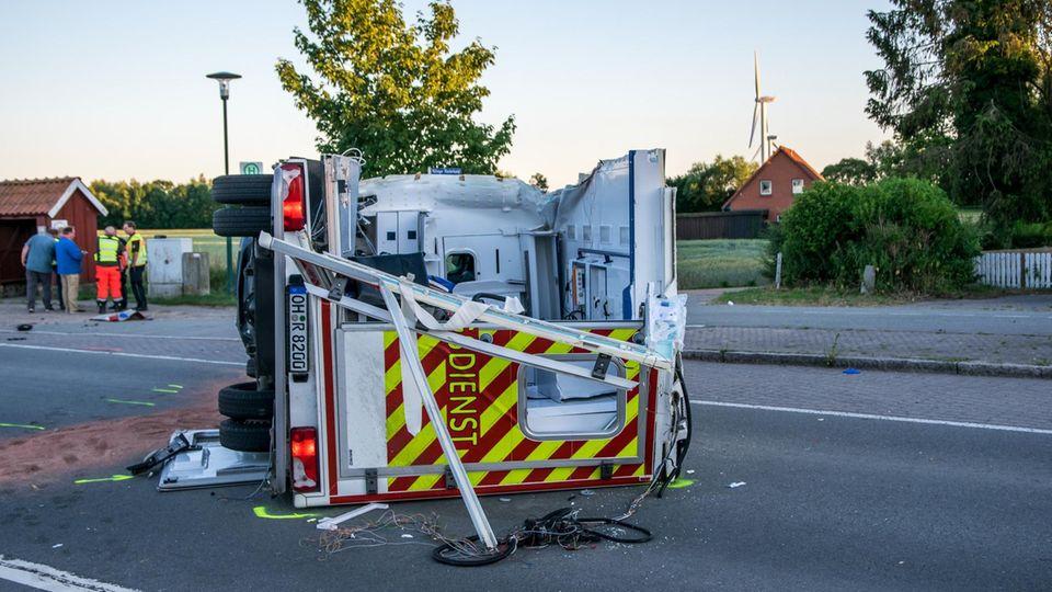 Nachrichten aus Deutschland: Reisebus kollidiert mit Rettungswagen