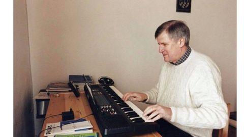 Twitter-Meme: #Seehofersongs - Was es mit dem Bild von Horst Seehofer am Keyboard auf sich hat
