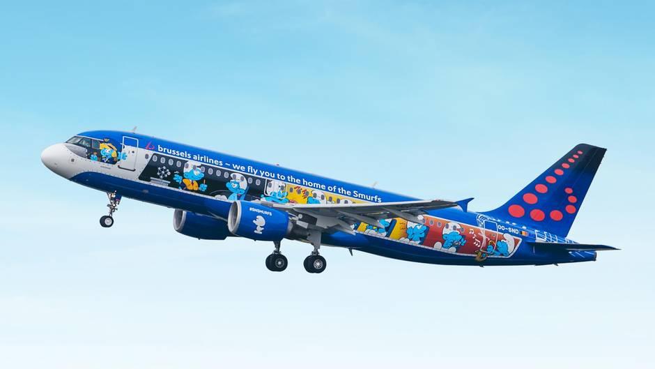 """Brussels Airlines verpasst einzelnen Jets der Flotte regelmäßig eine Sonderlackierung. Seit dem Frühjahr 2018 fliegt eine Airbus A320 im""""Schlumpf-Design"""". Der belgischeZeichner Peyo hatte in einem seiner Comic-Bände einen Schlumpf - englisch """"smurf"""" - ein Flugzeug bauen lassen."""