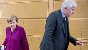 Bundeskanzlerin Angela Merkel und CSU-Chef Horst Seehofer stehen von einem Tisch auf. Seehofer hat sich von Merkel abgewandt