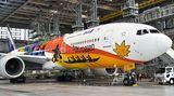 Macht Werbung für die Olympischen Spiele 2020 in Tokio: eine Boeing 777 der Fluggesellschaft All Nippon Airways (ANA), die Anfang des Jahres in einem Hangar auf demFlughafen Haneda der Presse vorgestellt wurde.