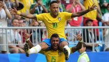 Neymar jubelt auf den Schultern von Paulinho über sein Tor für Brasilien
