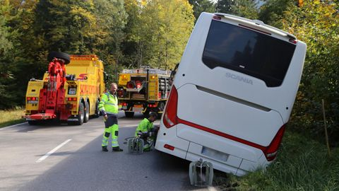 Auf der A1 und der A5: Zwei Reisebusse verunglückt - doch Fahrerin kann ihre Fahrgäste retten