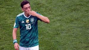 Mesut Özil mit einem Handkuss