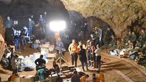 Suchmannschaften und Einsatzkräfte arbeiten an der Höhle, in der eine Gruppe Jugendfußballer und ihre Trainer gefangen waren