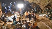 Suchmannschaften und Einsatzkräfte arbeiten an der Höhle in Thailand