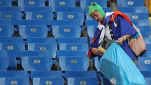Japaner räumt Stadion auf