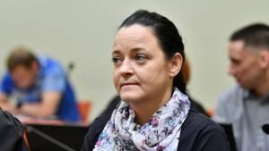 Mit dunkelblauem Pullover und einem geblümten Seidenschal sitzt Beate Zschäpe im NSU-Prozess auf der Anklagebank