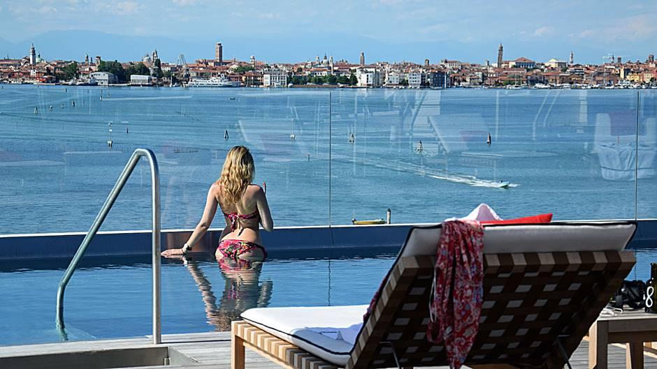 Europe's Leading Honeymoon Resort 2018  Abseits vom Trubel des Massentourismus in Venedig liegt dieses Hideway in einer ruhigen Umgebung: Auf einer Insel zwischen dem Lido entstand 2015 das von dem Architekten Matteo Thun entworfene JW Marriott Venice Resort & Spa. Bis zur Lagunenstadt ist es nur eine kurze Bootsfahrt.