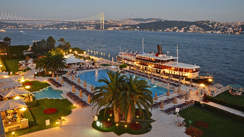 Liegt direkt am Ufer des Bosporus: das Luxushotel Çırağan Palace Kempinski Istanbul