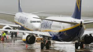 Zwei Flugzeuge von Ryanair stehen am Flughafen Weeze. Jetzt haben die irische Gewerkschaft IALPA der Piloten einen Streik für den 12. Juli angekündigt.
