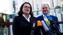 Vor dem Kanzleramt stehen Andrea Nahles und Olaf Scholz von der SPD. Vor ihnen sind zahlreiche Mikrofone von TV-Sendern