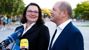 Bundesarbeitsminister Olaf Scholz (r, SPD) und Andrea Nahles, SPD-Parteivorsitzende, treten vor die Presse.