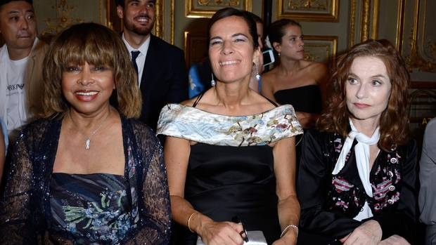 Tina Turner (l.) neben Roberta Armani und Isabelle Huppert bei der Armani-Show in Paris