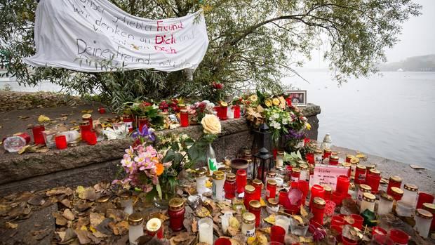 Hunderte Menschen verliehen ihrer Trauer am Alsterufer Ausdruck