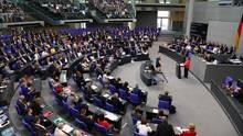 Schlagabtausch im Bundestag: Opposition kritisiert Unions-Zoff - Merkel verteidigt Asyl-Kompromiss