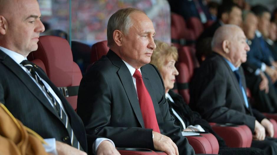Russland: Während Wladimir Putin die WM 2018 eröffnete, kündigtesein Premier Dmitri Medwedew harte Reformen an