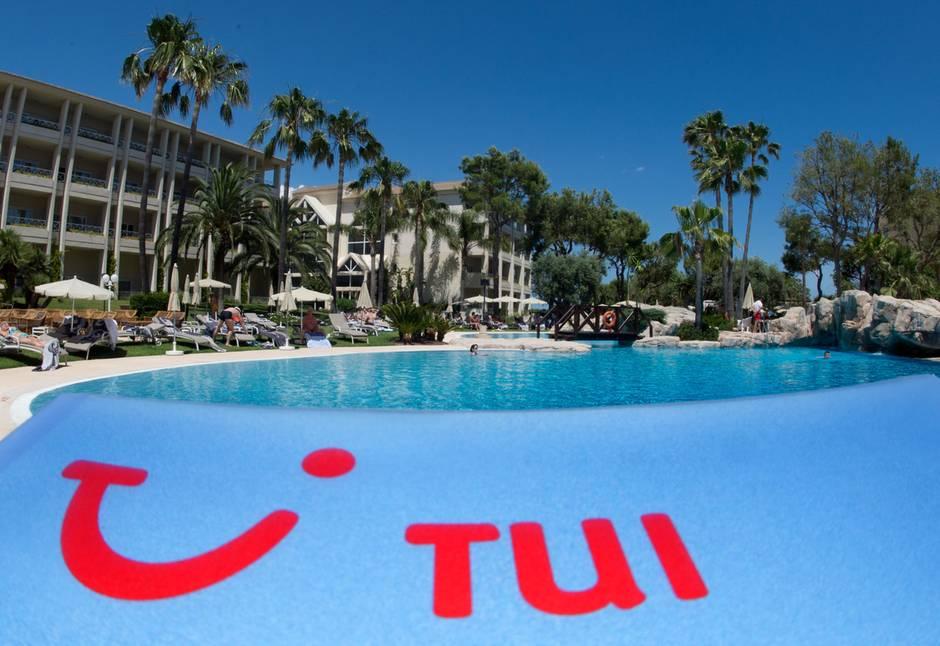 Ein Pauschalhotelmit Logo der Tui AG am Pool im Norden der Mittelmeerinsel Mallorca.