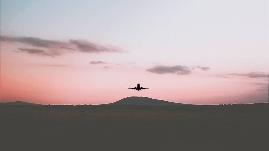 Flugzeug am Horizont