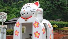 Miez, miez…  Auch wenn die Winkekatzen in Japan Glück bringen sollen – grinst diese in Miyawaka nicht ein bisschen gruselig? So satt und zufrieden, als hätte sie gerade eine ganz besonders dicke Maus verputzt? Oder einen besonders dicken Fahrgast… Spaß beiseite, die ist doch süüüüß. Aber heee, was soll das…weg, Miezekatze, weg... Aaaaaah…