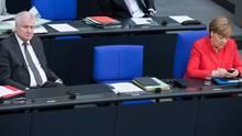 Angela Merkel und Horst Seehofer auf der Regierungsbank - Zusammenarbeit ist weiter möglich