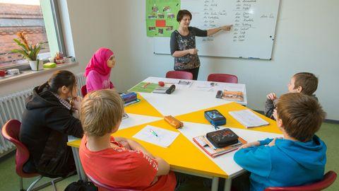 Eine kleine Schulklasse mit Kindern aus verschiedenen Ländern