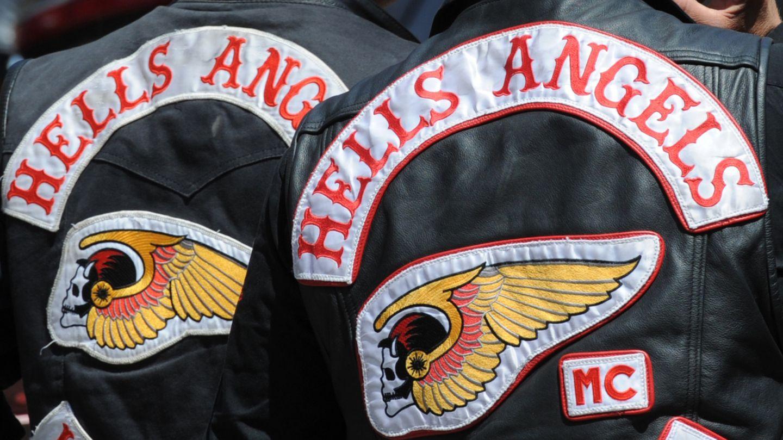 Rückseite zweier Hells Angels Lederjacken mit dem Emblem