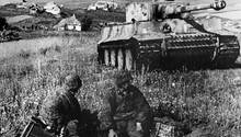 Deutsche Panzergrenadiere vor einem Tiger Panzer.