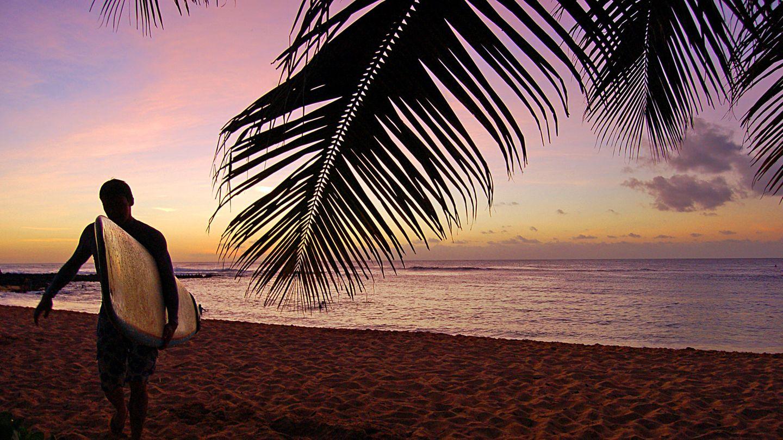 Aloha  Der Weg in den äußersten Westen der Vereinigten Staaten ist lang. Ohne Umsteigen an einem nordamerikanischen Flughafen kommt man nicht nach Hawaii. Doch wer morgens in Mitteleuropa startet, kann noch am selben Tag zur Abendzeit in Honolulu aus dem Flugzeug steigen.