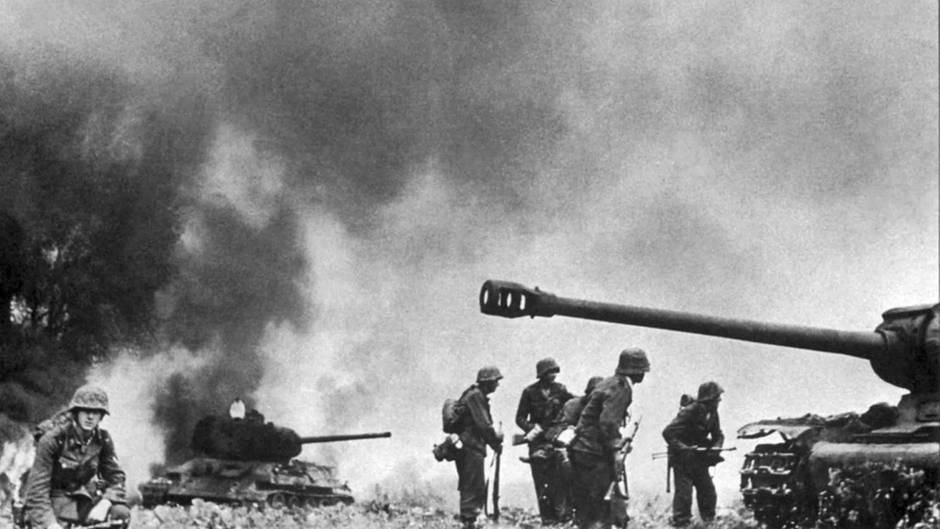 Deutsche Truppen inmitten sowjetischer Panzerwracks.