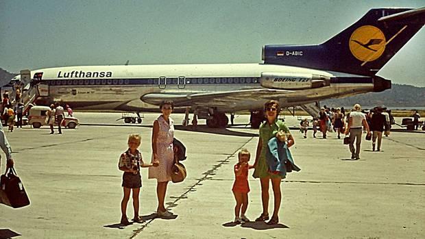 Mit einer Boeing 727 der Lufthansa ging es nach Spanien: Deutsche Touristen auf dem Flughafen von Ibiza.