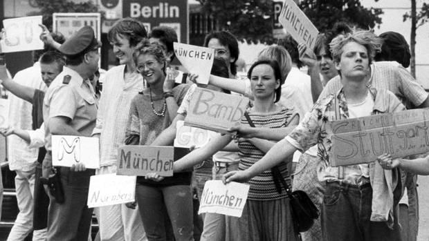 Reisen in den frühen80er Jahren:Tramper stehen am Kontrollpunkt Dreilinden in Berlin und warten auf eine Mitfahrgelegenheit für die Transitstrecke durch die DDR nach Westdeutschland.