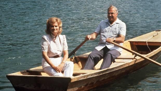 Ruderpartie in der österreichischen Sommerfrische 1986:Bundeskanzler Helmut Kohl im Ruderboot mit Ehefrau Hannelore auf dem Wolfgangsee.