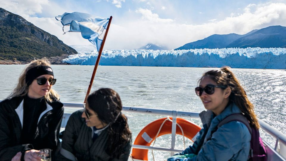 Mit dem Boot fahren Besucher zum Perito Moreno.