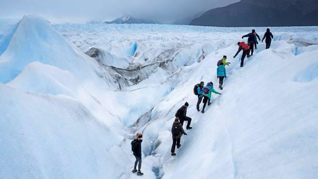 Steigeisen unter den Bergschuhen: Eine Expedition führt über den zerklüfteten Gletscher.