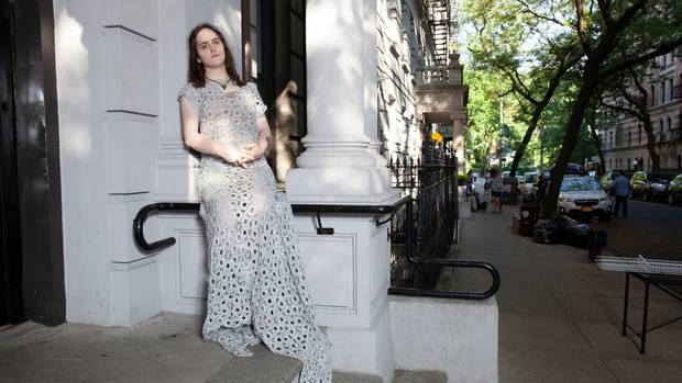 Abby Stein lehnt an einem Hauseingang in New York