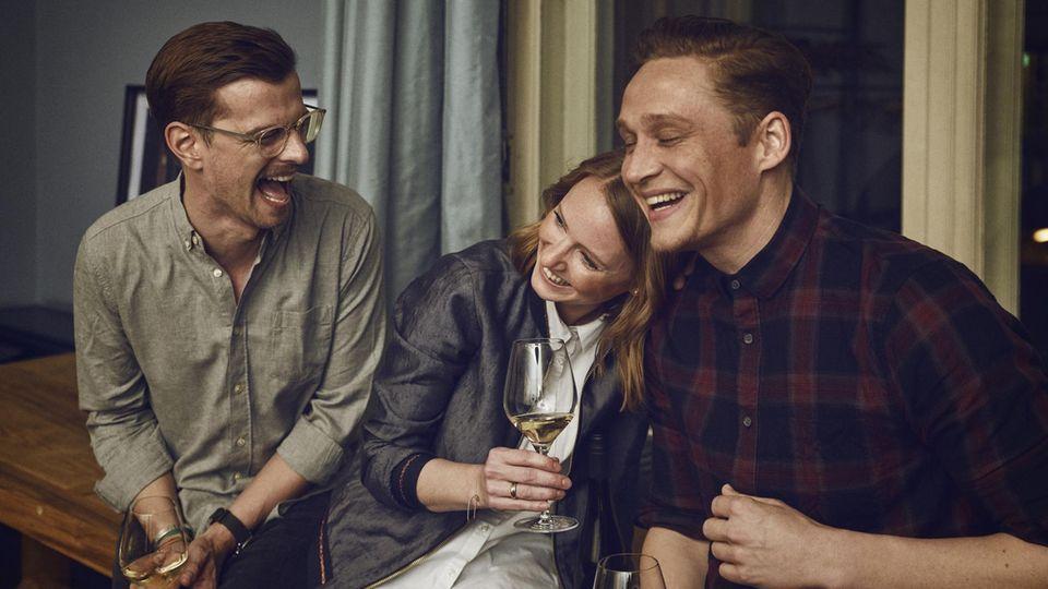Joko Winterscheidt (links) und Matthias Schweighöfer haben mit Winzerin Juliane Eller (Mitte) Wein gemacht.