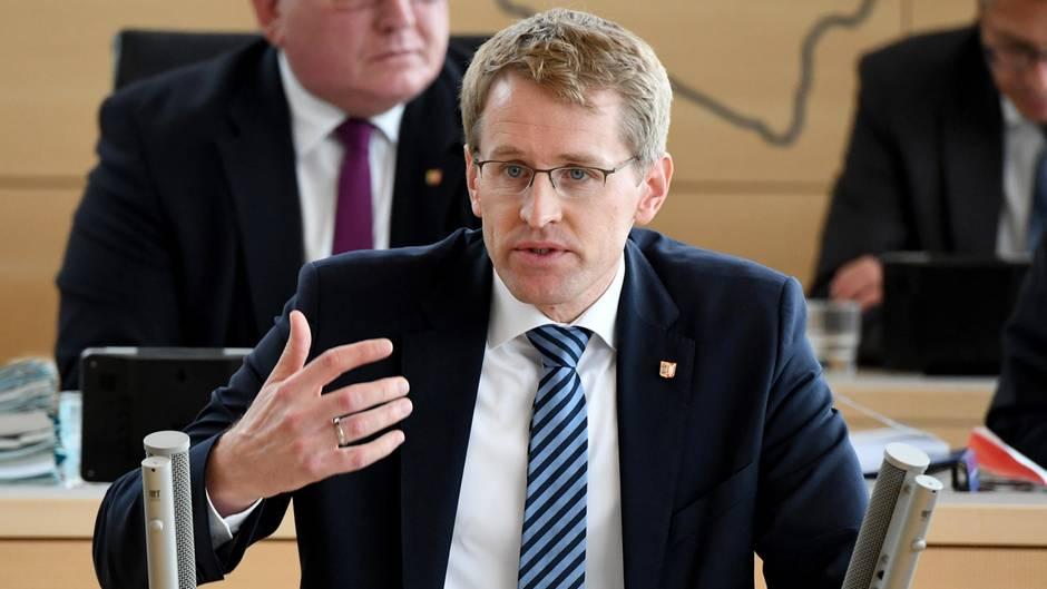 Daniel Günther (CDU), Ministerpräsident von Schleswig-Holstein spricht bei der Landtagssitzung