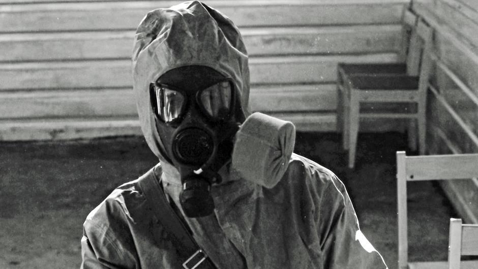 Dieses gestellte Archivbild zeigt einen sowjetischen Soldaten in einem Schutzanzug, der mit giftigen Substanzen arbeitet.
