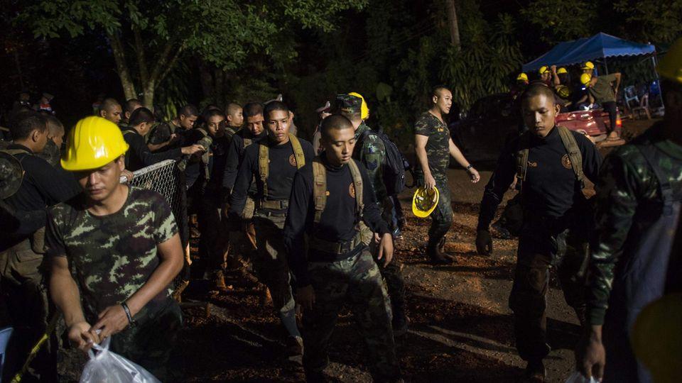 Helfer an der Höhle im Norden Thailands