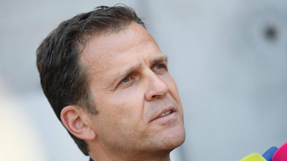 DFB-Manager Oliver Bierhoff spricht in die Mikrofone mehrerer TV-Sender