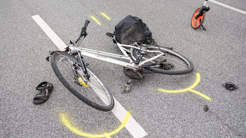 Ein Fahrrad liegt nach einem Verkehrsunfall auf der Straße