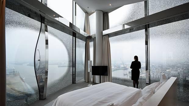 Bodentiefe Fenster sorgen für Tief- und Ausblicke: The Westin Hamburg