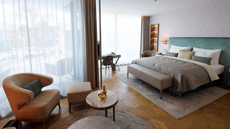 Eines der 130 Zimmer mit mindestens 40 Quadratmetern Fläche. Durch den runden Grundriss und Wände mussten die Möbel extra angefertigt worden: The Fontenay