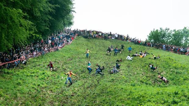 Auf Fotos sieht der Hügel manchmal weniger steil aus, als er wirklich ist. Aber wir schwören beim Barte des Joko: Er fällt fast senkrecht ab!