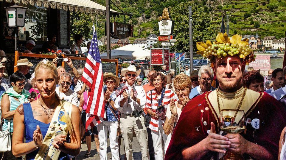 Das Burg- und Hansenfest in Sankt Goar, hier mit Bienenkönigin und Weingott Bacchus, zieht selbst Amerikaner an
