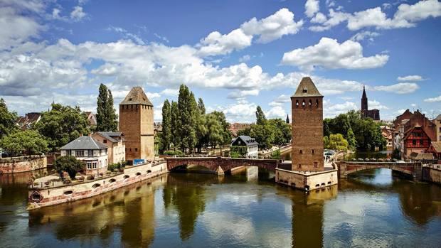 """Die """"Ponts Couverts"""", die gedeckten Brücken, bewachen die alte Stadt Straßburg"""