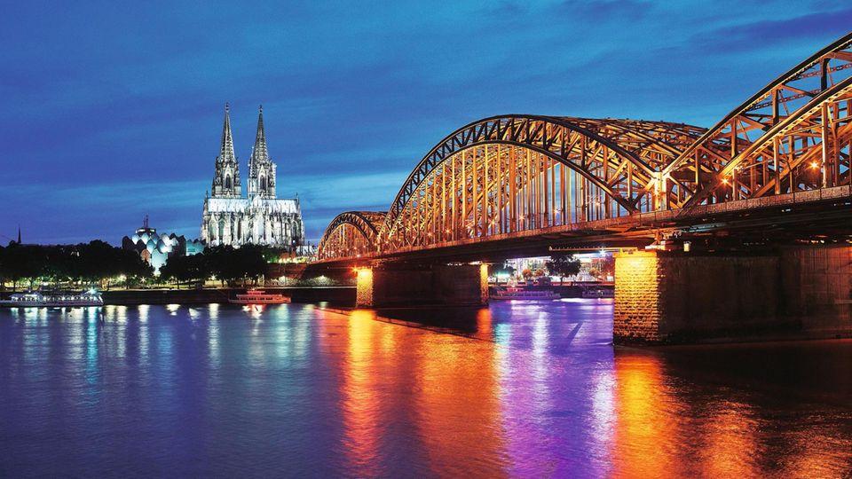 """Köln im Abendlicht. Mit ihrem Dom, ihren Museen und ihrem """"Alles geht""""-Lebensgefühl ist die Stadt ein Besuchermagnet"""