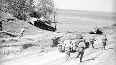 T-34 gehen mit Schützen im Kursker Bogen vor.