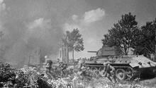 Hier ist der T-34 mit der76,2-mm-L/41,5 Kanone ausgerüstet, im Verlauf des Krieges wurde sie durch eine Waffe im Kaliber 85 mm ersetzt.